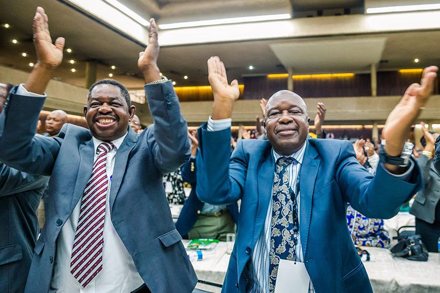 津巴布韋執政黨非洲民族聯盟—愛國陣線(ZANU-PF),周日(11月19日)召開特別會議,投票贊同解除總統穆加貝的黨內領導職務後,與會者鼓掌慶賀。(JEKESAI NJIKIZANA/AFP/Getty Images)