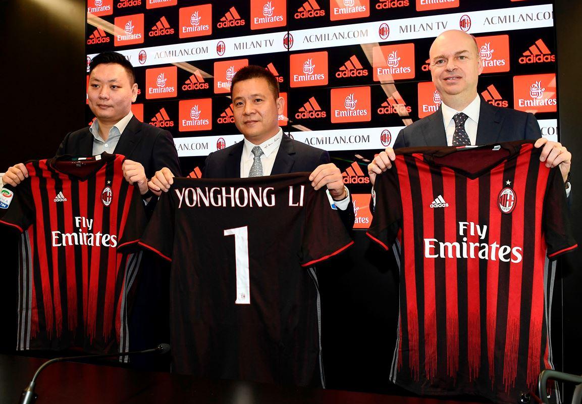 李勇鴻(中)4月14日收購意大利球會AC米蘭,近日美媒曝光李勇鴻在大陸涉及多宗騙案。(資料圖片)