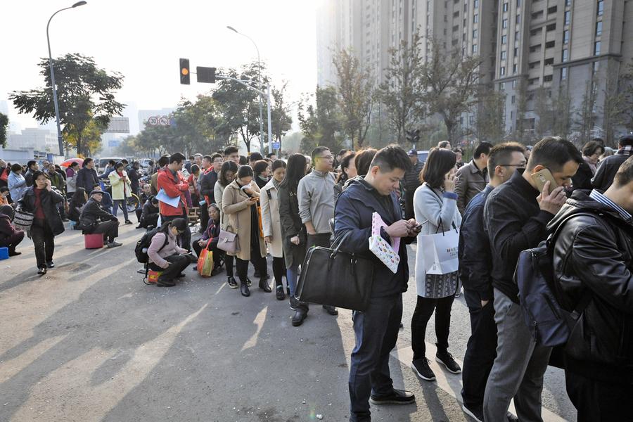 南京史上最嚴苛的開盤條件 數千人懶理仍排隊買樓