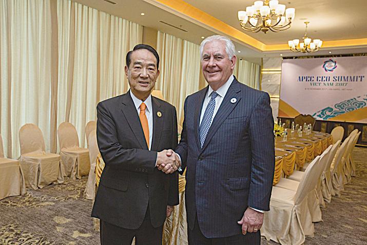 宋楚瑜(左)與美國國務卿蒂勒森單獨會面時的照片。(取自蔡英文推特)