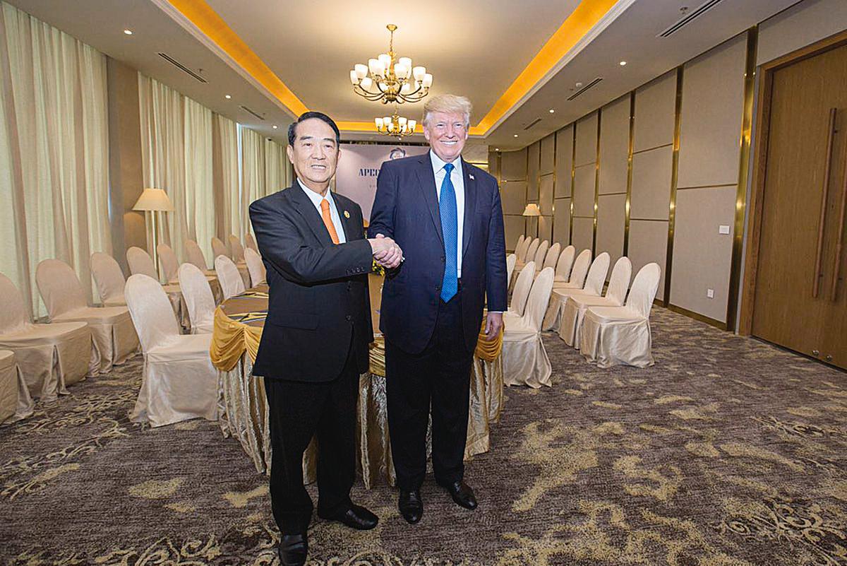 宋楚瑜(左)與美國總統特朗普在非公開場合會面照片。(取自蔡英文推特)