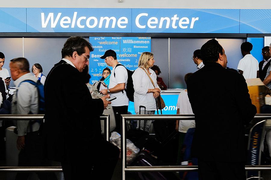 美國總統特朗普政府計劃取消H-1B簽證配偶可以申請在美工作的規定,預計印度及中國受到的影響最大。圖為紐約甘迺迪國際機場。(Spencer Platt/Getty Images)