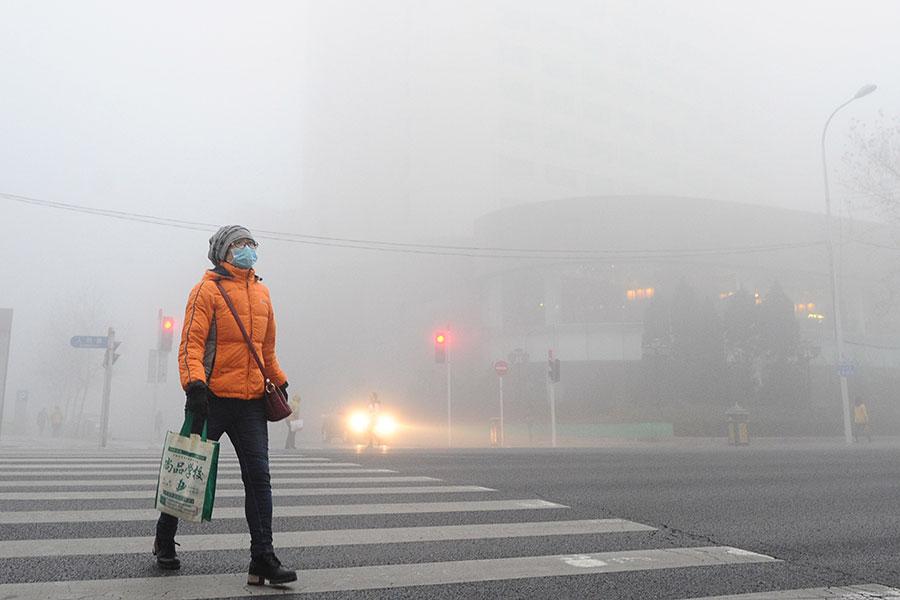 圖為2016年12月19日處在陰霾下的中國大連。(VCG/VCG via Getty Images)