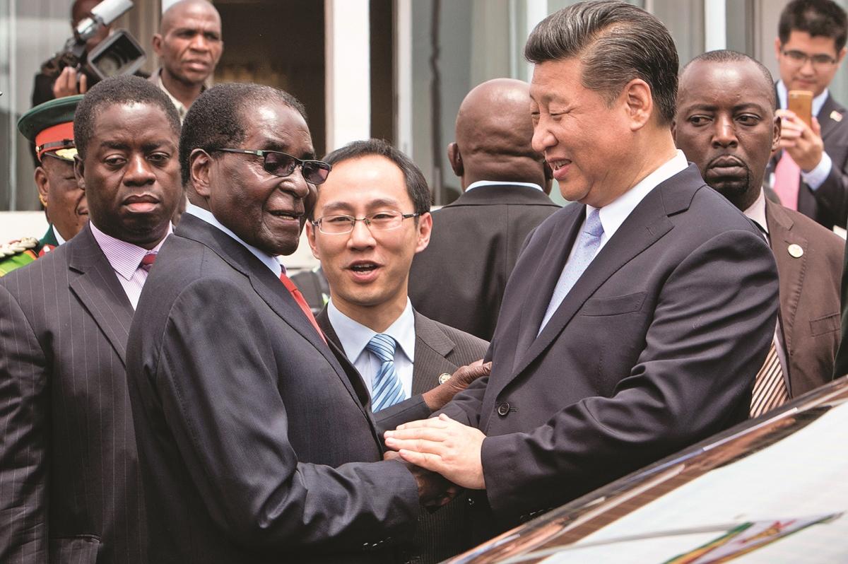 穆加貝雖然是中共的「老朋友」,但觀察人士認為他和習近平的關係並不「鐵」。圖為習近平(右二)2015年12月訪問津巴布韋時和穆加貝(左二)在一起。(AFP)