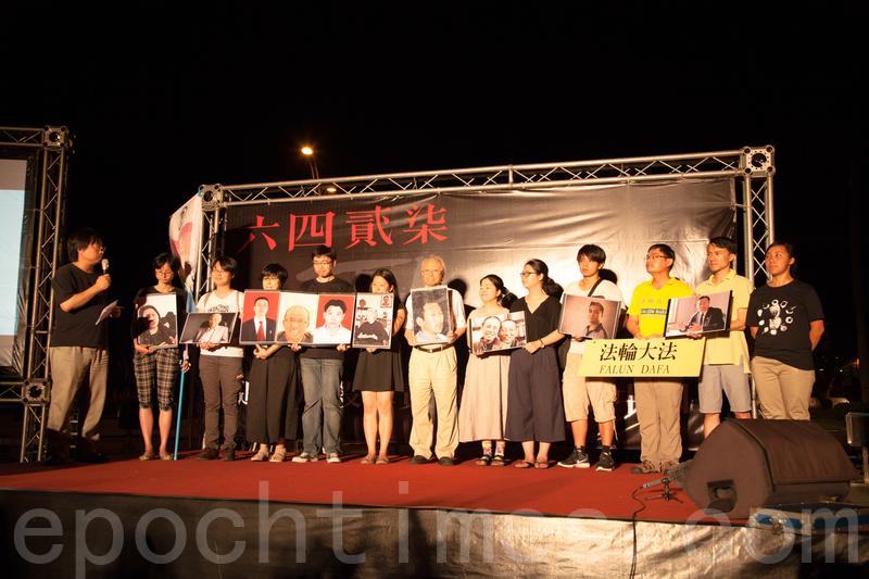 學者表示,台灣應幫助中國民主化,用各種方式支持中國的民主運動。圖為去年於自由廣場的「六四」紀念晚會,現場高喊:「追究屠殺罪責,呼喚民主中國。」(葉覺/大紀元)