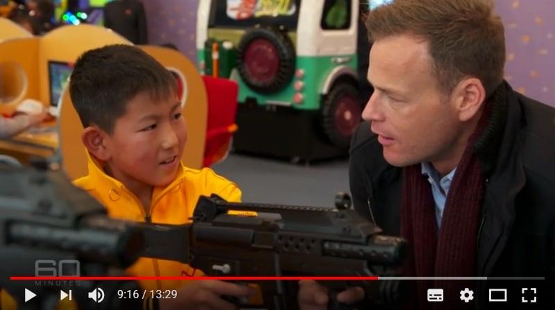 一名正在玩射擊遊戲的兒童表示,殺死美國人好開心。(視像擷圖)