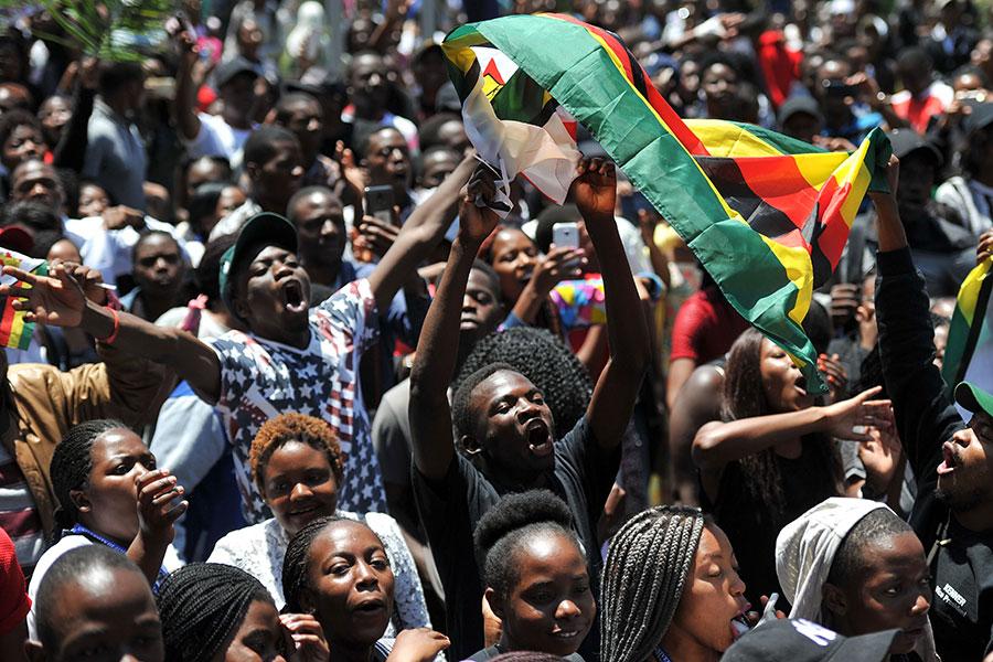 11月20日,津巴布韋民眾走上街頭,要求 穆加貝下台。(AFP/Getty Images)