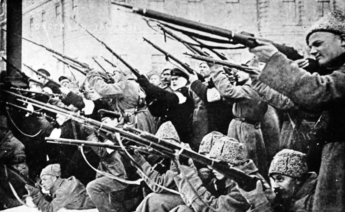 1917年3月,蘇維埃士兵向沙皇衛隊射擊。(公共領域)