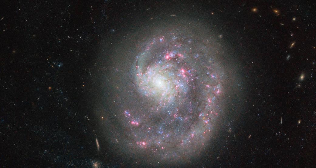 NASA拍到「獨臂」星系 另一隻手哪去了?