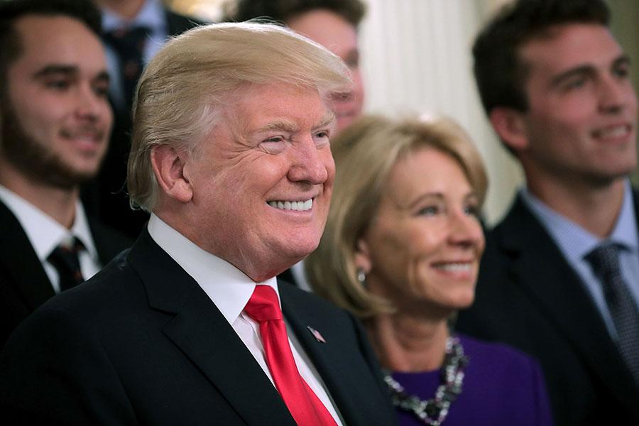 美國總統特朗普今年上任迄今,交出亮眼的經濟成績單,專家預測明年美國經濟將更為耀眼。(Chip Somodevilla/Getty Images)