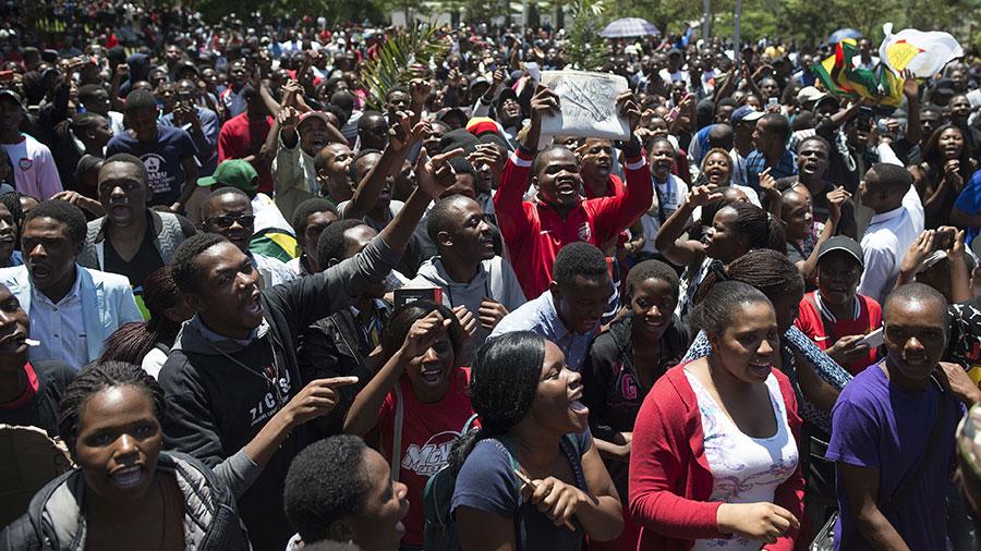 穆加貝將面臨議會彈劾,逼他卸下總統職務。圖為要求穆加貝下台的津巴布韋民眾。(AFP/Getty Images)