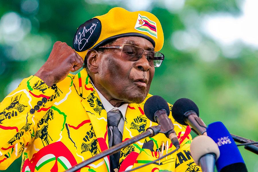 被津巴布韋執政黨非洲民族聯盟—愛國陣線開除,被前同志拋棄,穆加貝本周只剩下總統的空頭名號。津巴布韋的長期盟友中共在這場政變當中的身影若隱若現。(JEKESAI NJIKIZANA/AFP/Getty Images)