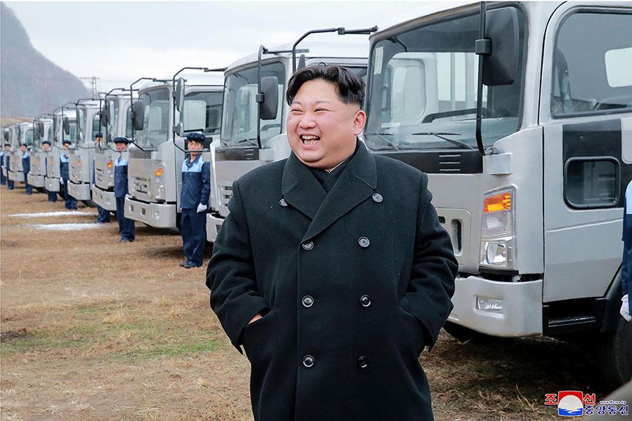 外媒報道,金正恩生活奢華暴飲暴食,愛吃芝士和啤酒,因此患有多種疾病。圖為朝中社11月21日發佈的北韓領導人金正恩近照。(STR/AFP/Getty Images)