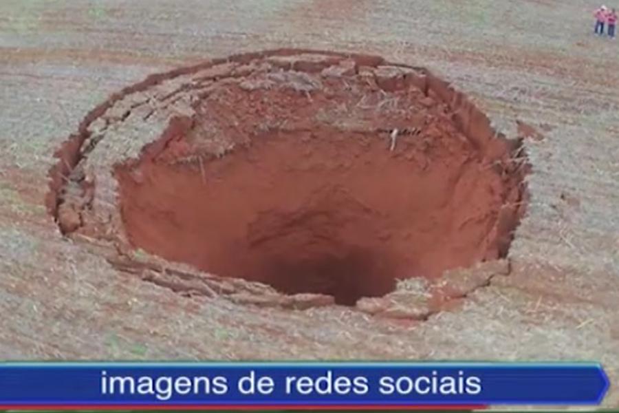 巴西米一處農田突然出現一個直徑達20公尺以上的坑洞。(視像擷圖)