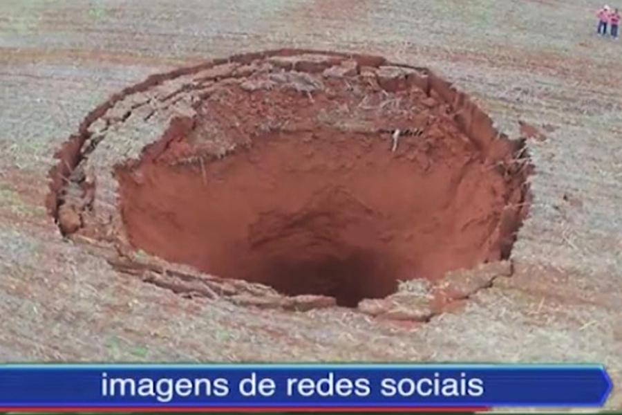 直徑20米天坑驟現巴西農田 如地面張開大口