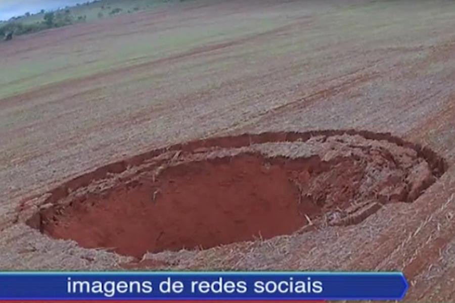 此坑洞出現在農田中央。(視像擷圖)