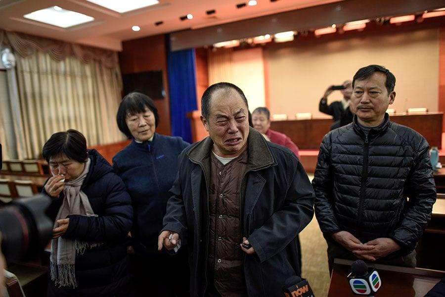 2017年1月18日,知道長達近三年的MH370搜索工作要暫停後,在北京的一次相關會議前,中國大陸的部份MH370失蹤乘客家屬哭了。(FRED DUFOUR/AFP/Getty Images)