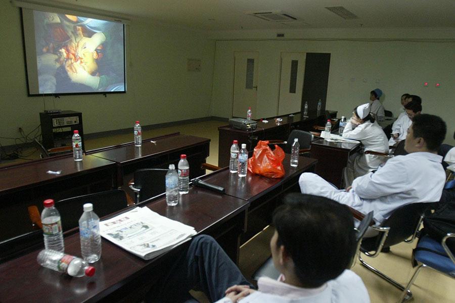 日前,意大利神經外科專家賽吉爾・卡納維羅稱,他和中共醫學團隊合作,成功利用人類屍體完成換頭的手術實驗。圖為2006年4月4日河南安陽「獅面人」楊會民在北京304醫院接受換頭蓋骨手術。(大紀元資料室)