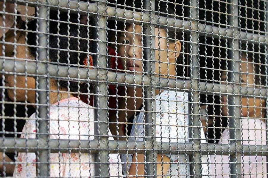 難民敘述了許多植物異常死亡、地下水源枯竭、河裏漂著死亡的當地特產褐鱒魚等怪異現象。更嚴重的是,越來越多的新生兒出現畸形。圖為逃亡泰國的北韓難民。(PORNCHAI KITTIWONGSAKUL/AFP/Getty Images)