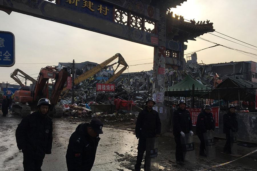 11月18日晚,北京市大興區一間出租公寓發生大火,造成19死8傷的慘劇。(RYAN MCMORROW/AFP/Getty Images)