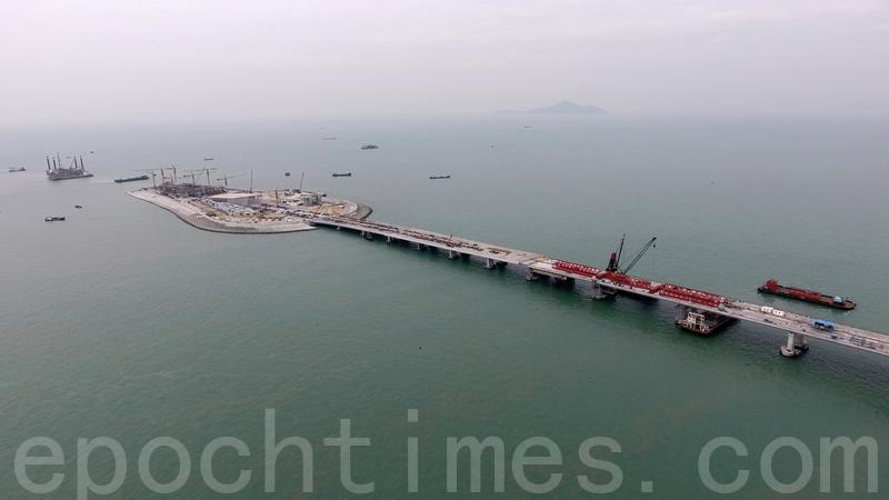 運輸及房屋局昨日透露,港珠澳大橋位於大陸水域的主橋,工程超支約100億元人民幣,款項需要由港珠澳三地共同承擔。(大紀元資料室)