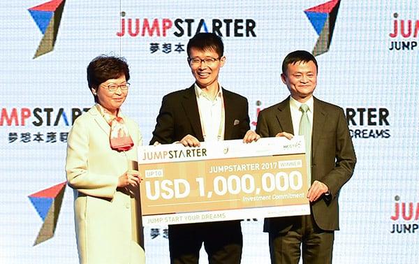 阿里巴巴主席馬雲(右)與特首林鄭月娥(左)昨日出席JUMPSTARTER 2017活動並對談,討論到香港的創新科技發展前景。(郭威利/大紀元)
