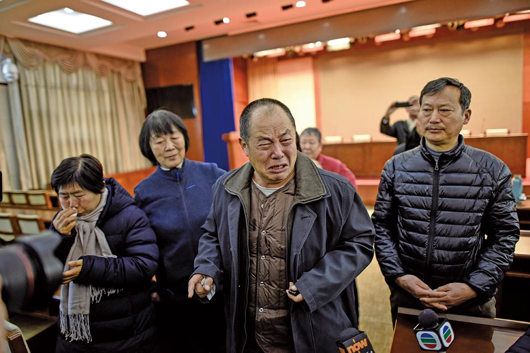 2017年1月18日,知道長達近三年的MH370搜索工作要暫停後,在北京的一次相關會議前,大陸部份MH370失聯乘客家屬哭了。(Getty Images)
