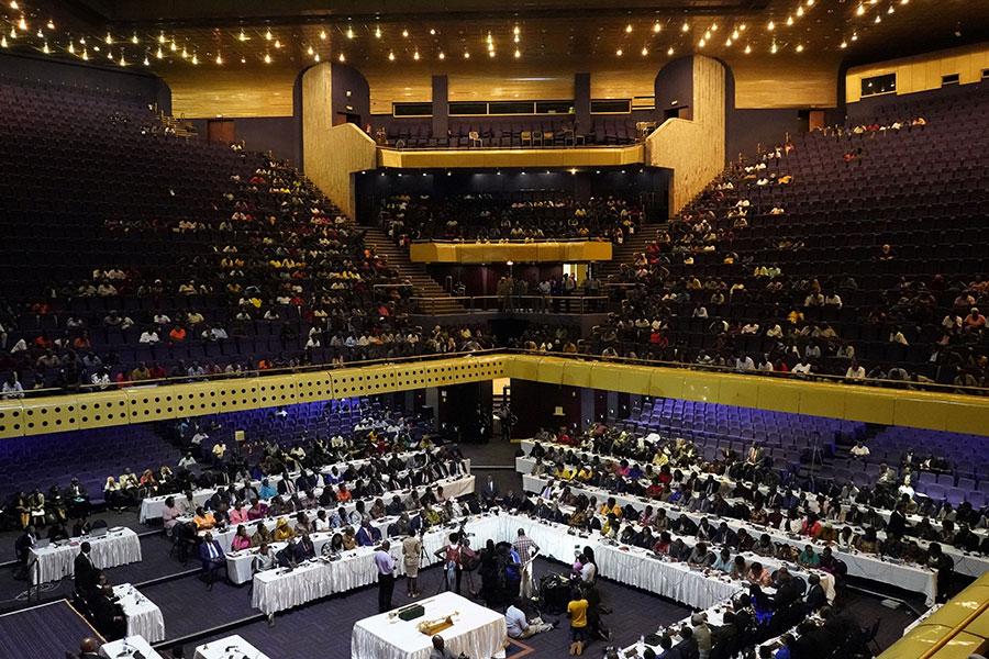 津巴布韋議會周二(11月21日)開始啟動彈劾穆加貝下台的程序後,議會發言人宣佈穆加貝已經辭去總統職務。這標誌著津巴布韋一個時代的結束。(MARCO LONGARI/AFP/Getty Images)