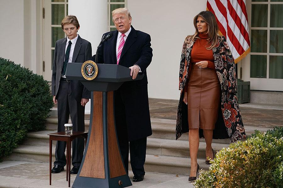 周二(11月21日),美國總統特朗普在白宮首次赦免火雞,梅拉尼婭和兒子巴農陪同在側。(Chip Somodevilla/Getty Images)