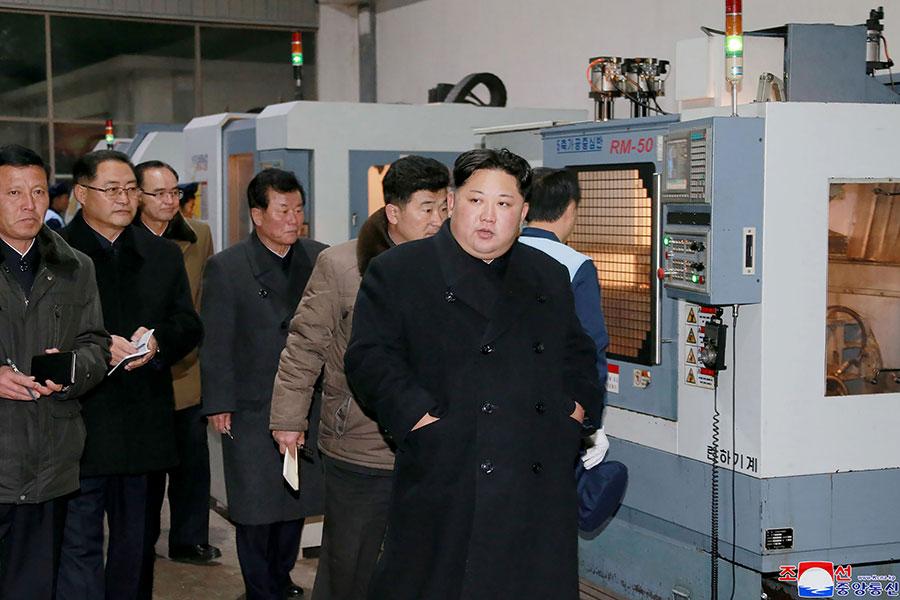 習近平特使宋濤訪朝期間,金正恩接連去了多家工廠視察工作,未與宋濤會面。(STR/AFP/Getty Images)