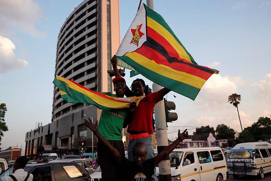 津巴布韋近日突發軍事政變,迫使受中共支持了近40年的穆加貝總統下台,引發全球關注。圖為穆加貝辭職後,民眾歡呼。(MARCO LONGARI/AFP/Getty Images)