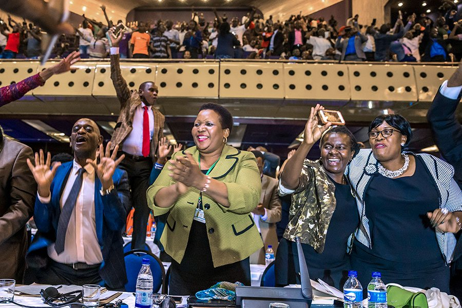 津巴布韋議會周二(11月21日)開始啟動彈劾穆加貝下台的程序後,議會發言人宣佈穆加貝已經辭去總統職務。這標誌著津巴布韋一個時代的結束。(JEKESAI NJIKIZANA/AFP/Getty Images)