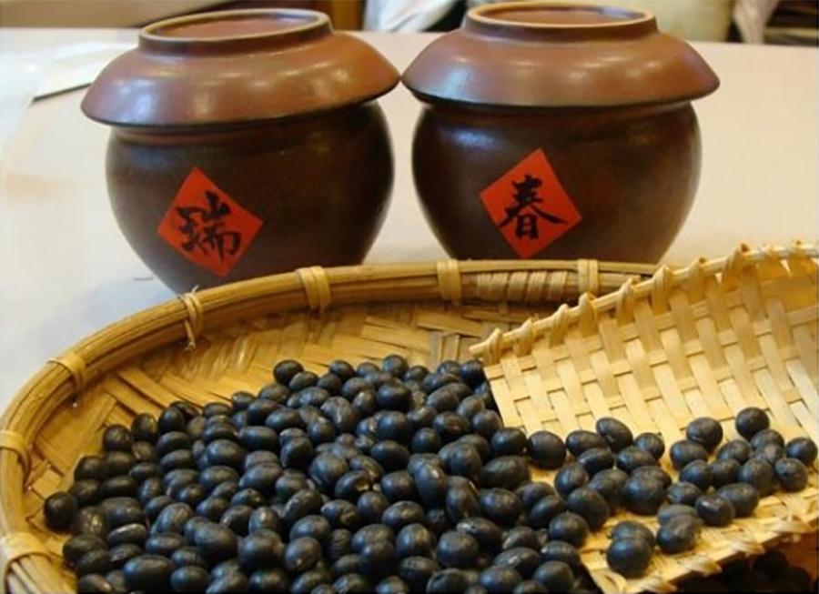 中醫認為腎主「黑」,所以一般黑色食物多入腎,可補益腎精。建議日常食用黑芝麻、黑木耳、黑豆、桑椹、黑糯米等等。(Fotolia)