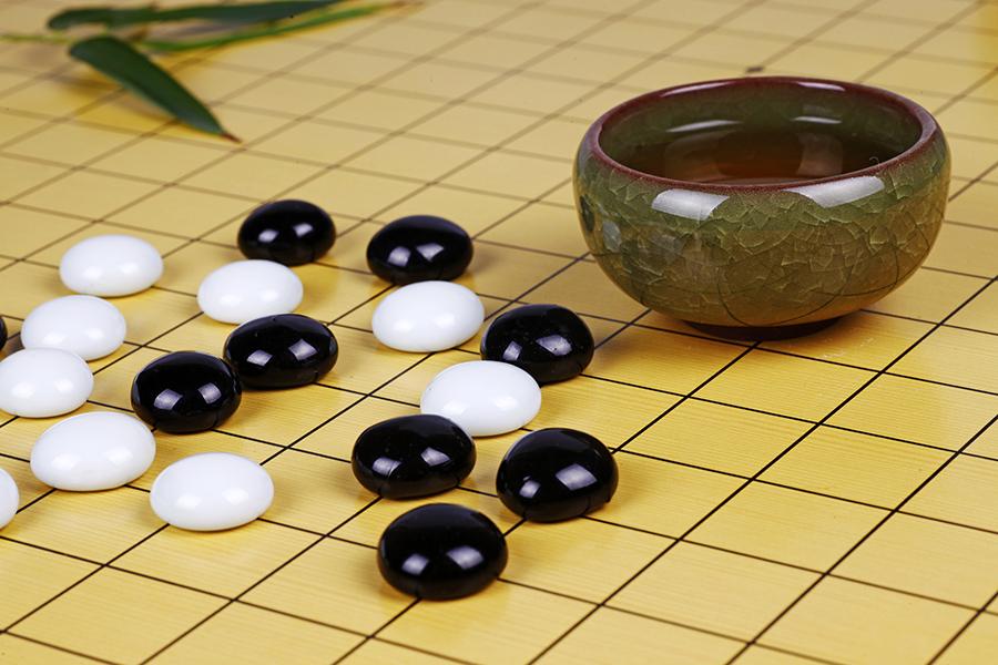 圍棋和黑白棋子。(fotolia)