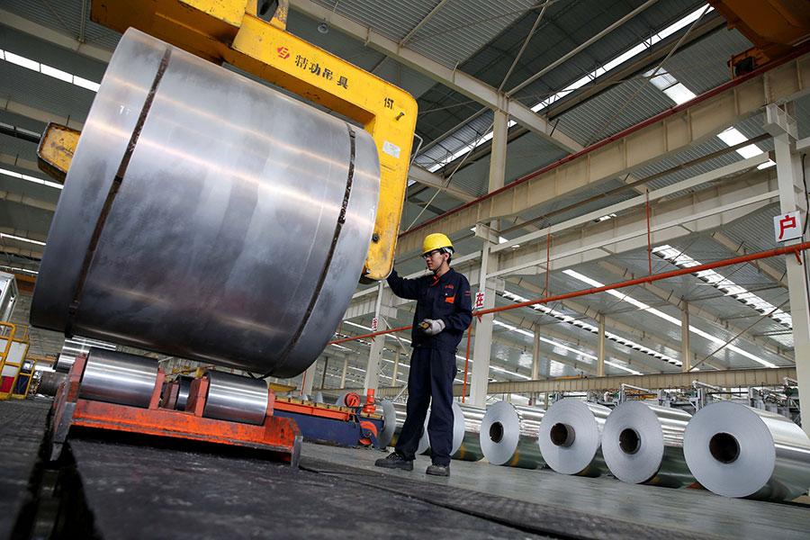 白宮一名高級官員周五表示,特朗普總統決定對鋼鋁材徵收的「國安稅」,適用全球各國,不會豁免任何國家。投資專家認為,課稅只是小菜,重頭戲還在後頭。(STR/AFP/Getty Images)