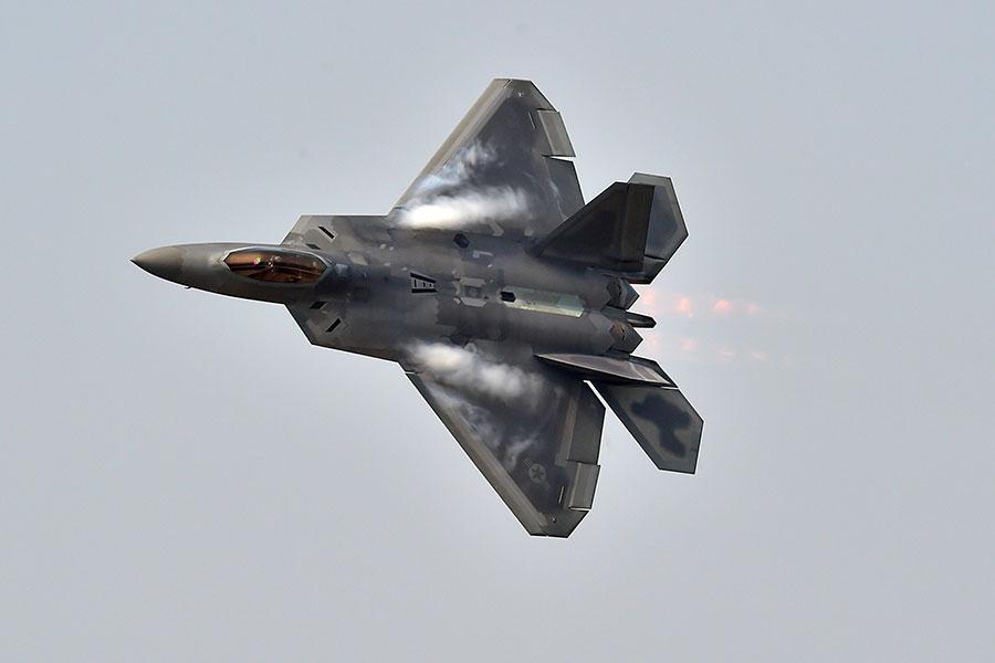美軍日前出動多種戰機,包括F-22猛禽戰機和B-52轟炸機,對阿富汗的極端組織塔利班進行空襲。圖為F-22猛禽戰機示意圖。(JUNG YEON-JE/AFP/Getty Images)