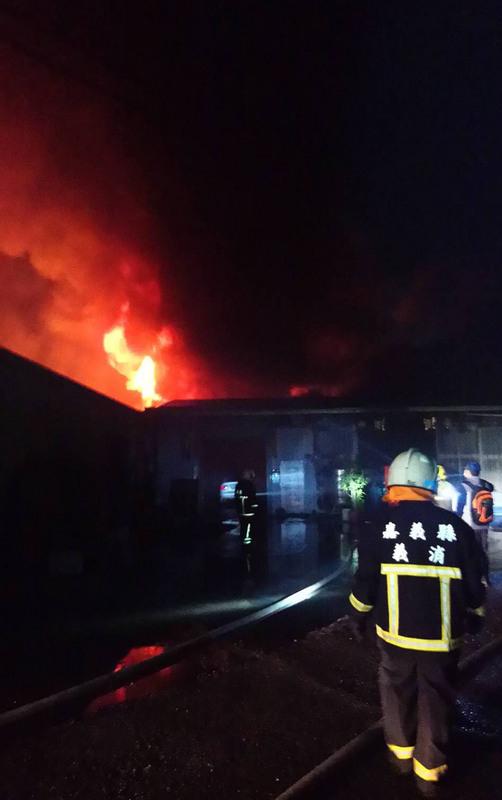 台灣嘉義縣消防局指出,水上鄉回歸村一處分租給10家工廠的廠區,22日晚上6時左右發生大火,現場傳出陣陣爆炸聲,警消正全力灌救中。(警消提供/中央社)