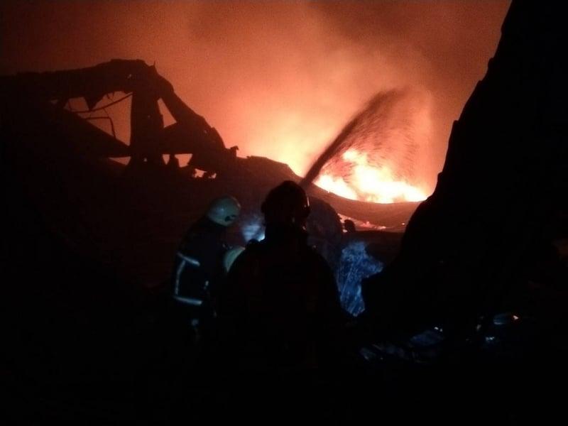 台灣嘉義縣水上鄉回歸村一處分租給10家工廠的廠區,22日晚上6時左右發生大火,警消獲報趕往現場全力灌救。(警消提供/中央社)