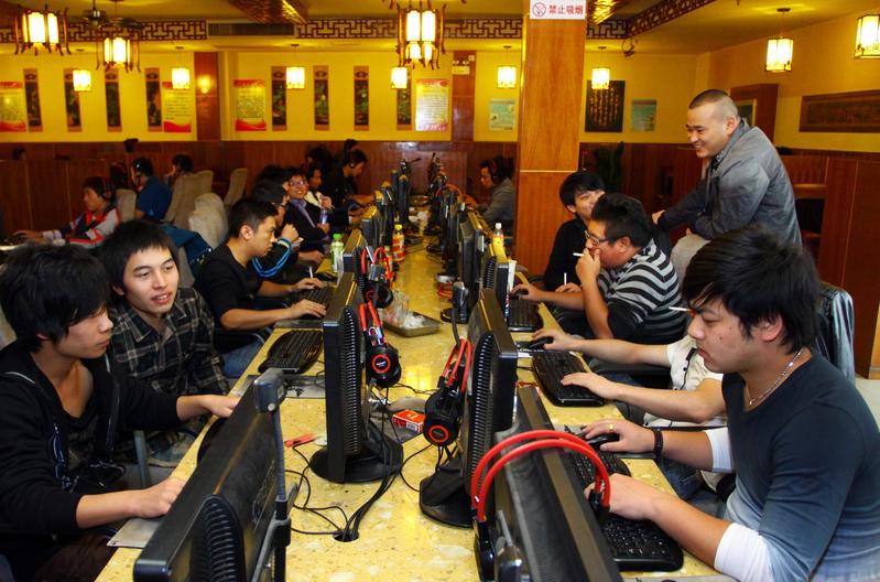 中共前網信辦主任魯煒落馬,網民興奮不起來,擔憂下一步網絡管控會不會更嚴。圖為浙江一網吧。(AFP)