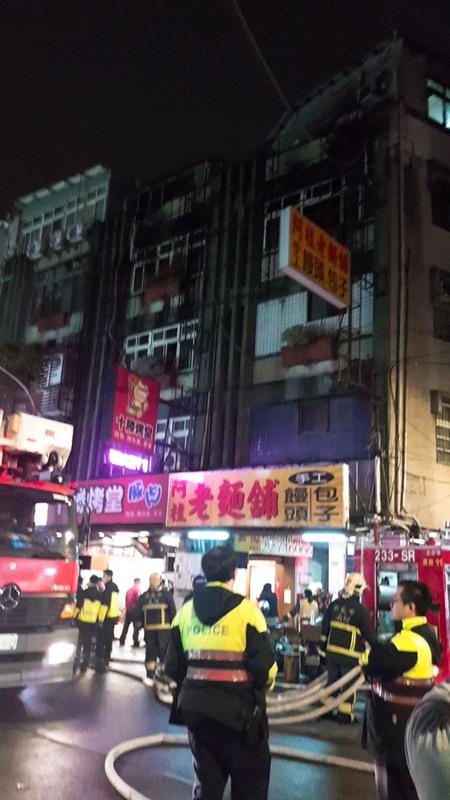 台灣新北市中和區一處出租套房11月22日晚間大火造成重大死傷,確切起火原因正在調查中。(民眾提供/中央社)