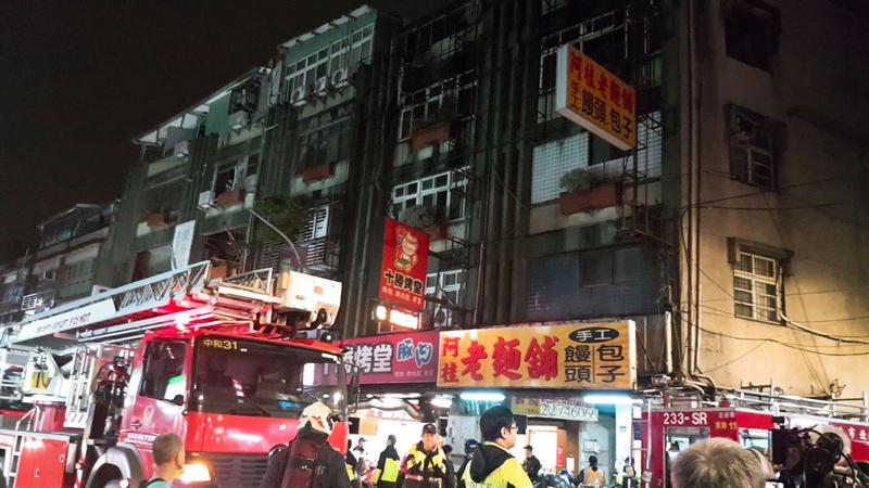 台灣新北市中和區一處出租套房11月22日晚間發生火警,消防隊員出動搶救,現場發現2具焦屍,另有7人OHCA送醫,目前已知其中6人宣告不治。(民眾提供/中央社)