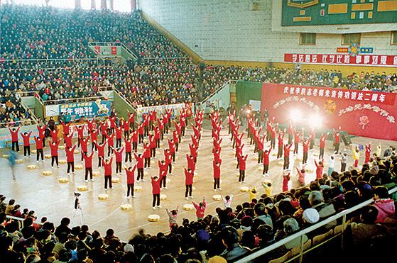 1998年山東濟南法輪大法修煉心得交流會場景。(明慧網)