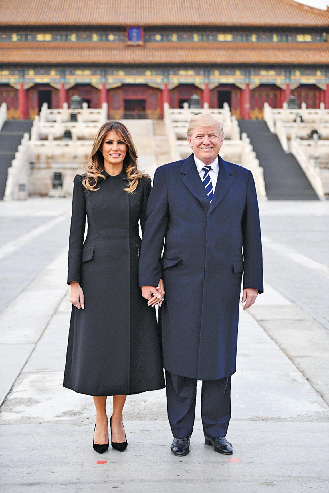 特朗普夫婦在太和殿前合影。(JIM WATSON/AFP/Getty Images)