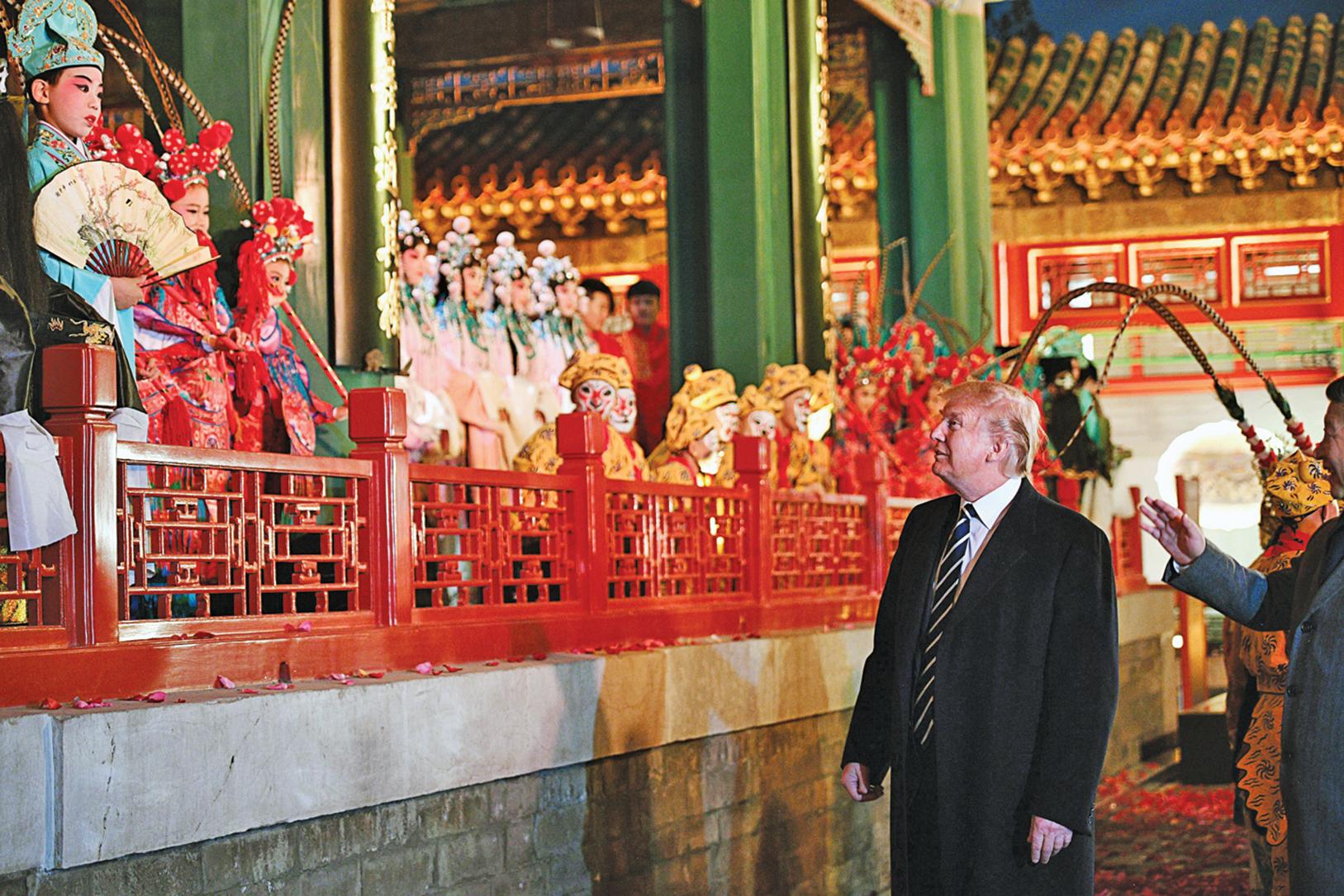 11月8日傍晚,特朗普夫婦與習近平夫婦在紫禁城暢音閣閱是樓一起欣賞了三部京劇。圖為特朗普總統與小演員們見面。(JIM WATSON/AFP/Getty Images)