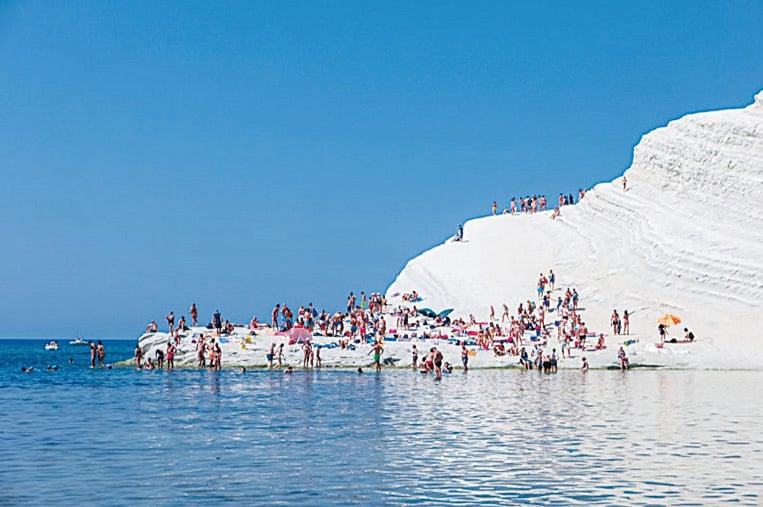土耳其階梯白色的層層海崖映襯著碧藍的海水,如臨仙境。(shutterstock)
