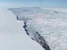 南極巨型冰山脫離冰架 震撼照曝光
