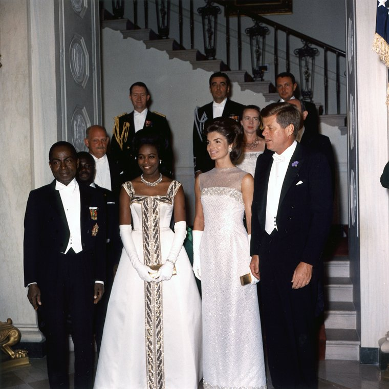 圖為1962年5月,甘迺迪和傑奎琳(John and Jacqueline Kennedy)總統伉儷宴請象牙海岸總統和夫人。(www.jfklibrary.org)