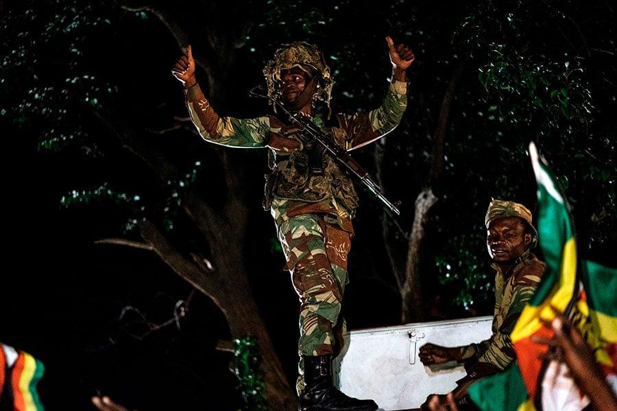 津巴布韋總統穆加貝周二(11月21日)辭職,結束了對津國長達37年的統治。圖為民眾在慶祝。(JEKESAI NJIKIZANA/AFP/Getty Images)