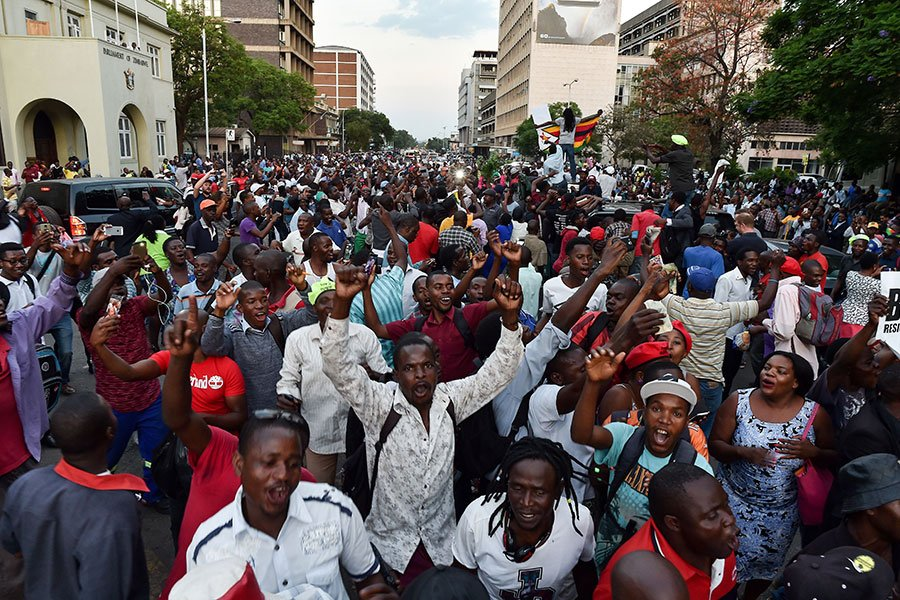 津巴布韋總統穆加貝周二(11月21日)辭職,結束了對津國長達37年的統治。圖為民眾在慶祝。(AFP PHOTO/Tony KARUMBA /Getty Images)