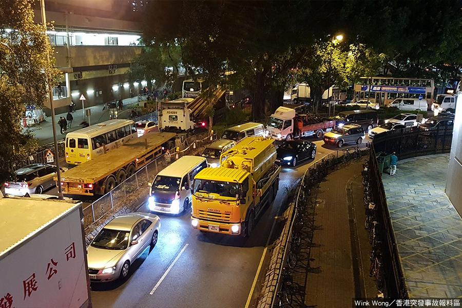 圖為下午6時27分,上水鐵路站新運路的交通情況,兩邊行車線均告癱瘓。(Wink Wong/香港突發事故報料區)